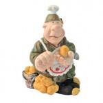 Солдат чистит картошку