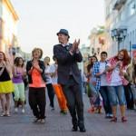 царь танцует
